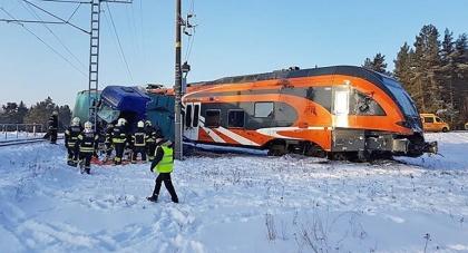 Эстонский водитель грузовика шокировал поезд, сбив его с рельсов