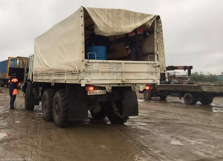 Количество тяжелой техники увеличено для восстановления дороги через реку Эльга вЯкутии