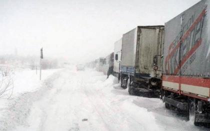 Более 300 фур уже вторые сутки томятся в снежном плену на российско-украинской границе
