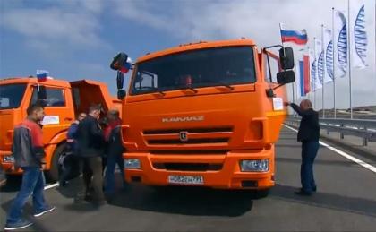 Легковое движение по Крымскому мосту открыл президент  – за рулем грузовика
