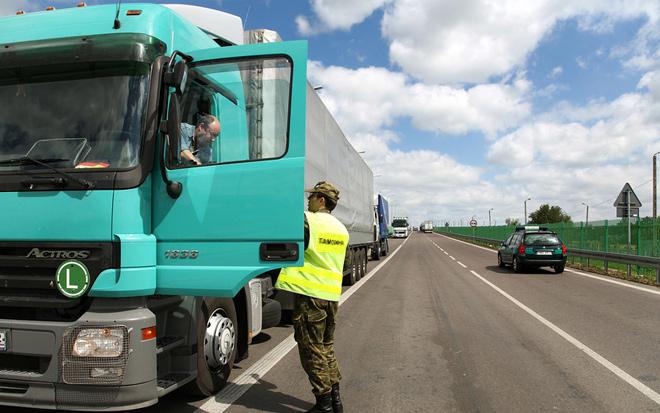 И чтец, и жнец, и без ГИБДД спец: таможенники смогут тормозить любой грузовик на любой дороге