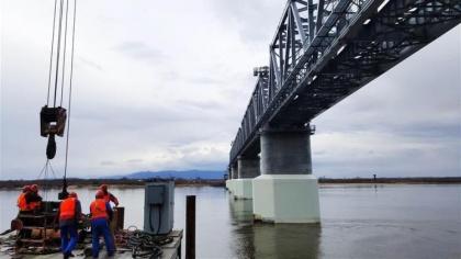 Ледоход не сбил с опор Амурский мост, но спутал сроки